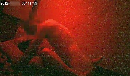 شخص طاس بشکه فیلم سکس با پسر ای را در کلاه سبزه شلوار قرار داده است