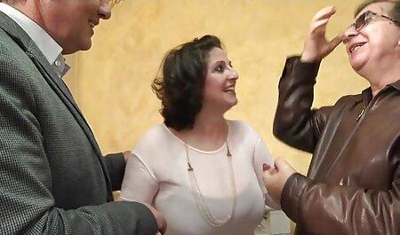 یک بلوند دانلود رایگان فیلم سکسی مادر و پسر با چهره ای زیبا دو سیاه و زانو در می خورد