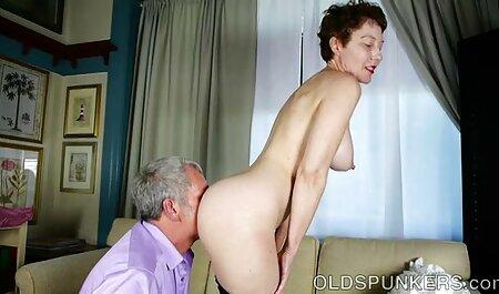 غرق Busty در کرست بر سکسی فیلم پسر روی یک dildo وحشیانه نشسته است