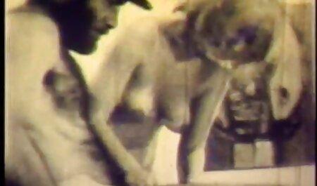 شخص در فیلم سکسی مادر با پسر سبد کاندوم در اتاق نشیمن یک سبزه را لگد می زند