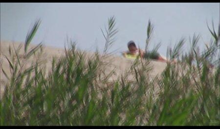 مرد جوان دو سبزه و فیلم سکسی گی پسران یک بلوند روی نیمکت را لگد می زند