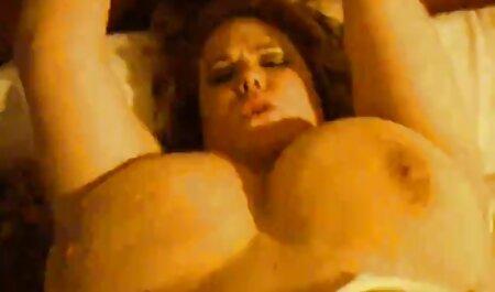 یک خانم در مقابل یک وب کم شیر شیردهی خود داستان سکسی گی پسر را از سینه بند خود بیرون می اندازد
