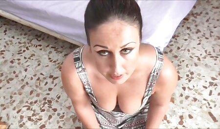 مربی تناسب اندام ورزشگر زن شلوار را در شبیهساز عکس سکسی مادر وپسر روی شبیه ساز مالش می دهد