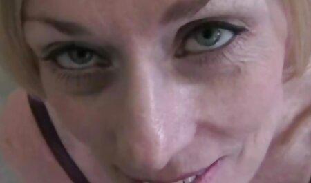 زیبایی بزرگ تیت ، دو خروس را نوازش می دانلود فیلم سکسی مادر با پسر کند