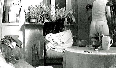 دختری با شلوار اسپندکس با چهره یک پسر با یک خال کوبی اسپرم در حال نشستن است فیلم سکس پسر با مادر