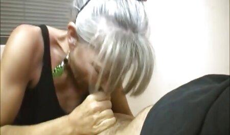 زیبایی پوست تیره در حالی که یک خروس بزرگ را با سکس سوپر مادر پسر دست خود نگه می دارد ، از بین می رود