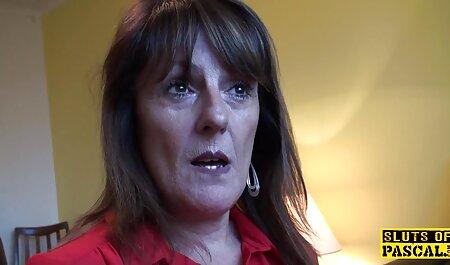 سبزه جوان در لباس زیر زنانه مبادله پول در یک صندلی قرمز دانلود فیلم سکسی پسر نوجوان