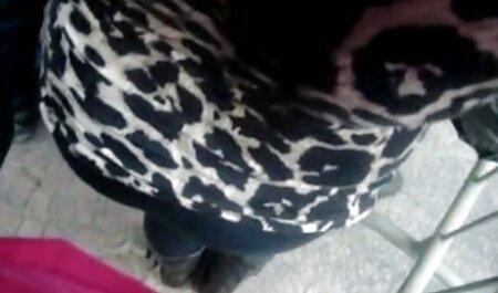 زن خانه دار با فیلم سکسی پسر با مرد لباس سیاه سینه های خود را هنگام تمیز کردن می درخشد