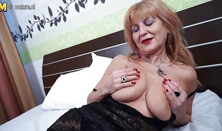 آبونی یک بیدمشک لاغر سفید در رختخواب سکس الکسیس با پسر جوان می خورد