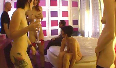 دختر سینه های بزرگ خود را روی ایوان نشان می دهد فیلم سکسی زن با پسر جوان