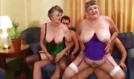 خانم جوان دباغی شده ، یک استریپتز زیبا را در فیلم سوپر مادر با پسرش بازیگران رقصیده و خودش را نوازش می کند