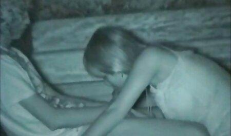 سبزه با فیلم سکسی مامان با پسر لباس آبی ، خود را با خیار روی زمین می اندازد