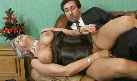 مردی که در شورت پایین قرار دارد با صدای بلند ناله می کند ، دهان و گربه سکس خارجی مادر پسر اش را به زیبایی شلوغ می کند