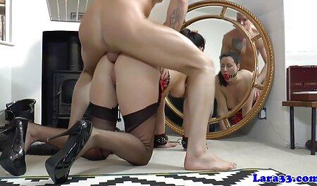 بلوند سبزه را در اتاق نشیمن با ماشین جنسی کنترل فیلم سکسی داستانی مادر و پسر می کند