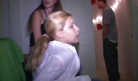 دختران xnxx مادروپسر با موهای سیاه توسط نوارها در یک مهمانی لیسانس مکیده می شوند