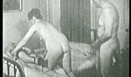 ماساژور فیلم سکسی دختر پسر جوان مشتری را روی خروس نزدیک استخر می کشاند