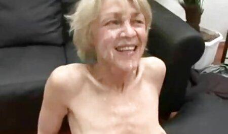 یک زن غیررسمی با موهای آبی نان های خود را پخش می کند و بر چهره معشوقش می فیلم سکسی پسر با مامان نشیند