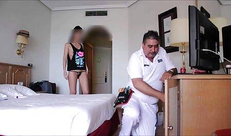 جوجه فیلم سکسی گی پسران با یک لباس کوتاه هنگام نشستن روی مبل ، از blowjob استفاده می کند
