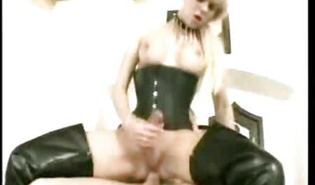 Redhead Chick دو سکس خارجی مادر پسر عضو را به نوبه خود می اندازد و زانو می زند