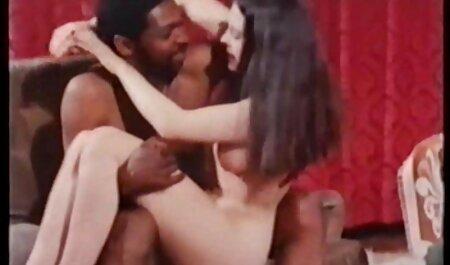 لاتینا با لباس مشکی مردی سکس الکسیس با پسر جوان را در حمام فریب می دهد