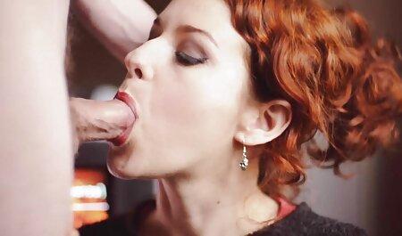 یک خانم خانه دار در پیش بند ویدیو سکس پسر با پسر روی بدن برهنه به طور متناوب روی تنه های صاحب و دوستانش می خورد