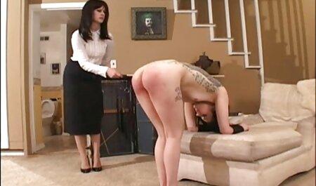 سبزه سینه های بزرگ را در پیک نیک نشان می سکس مادر وبسر دهد
