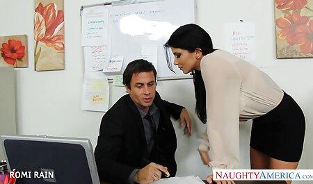 زن بالغ در جوراب ساق بلند فیلم سکس پسر با مادر در دفتر رابطه جنسی دارد