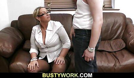 دو دوست شلوغ هنگام داشتن رابطه جنسی لزبین در آشپزخانه از خیار استفاده می فیلم سکسی پسربامادرش کنند