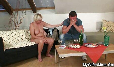 زن جوان در حین کار ضربه ای نوار می کند و به فیلم های سکسی پسر با پسر شما اجازه می دهد که لعنت کند