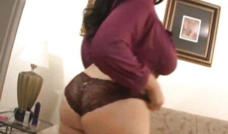 جوجه های آبدار در جوراب کلیپ سکس پسر با پسر ساق بلند و رنگارنگ سیاه در مقابل دوربین روی تخت خواب