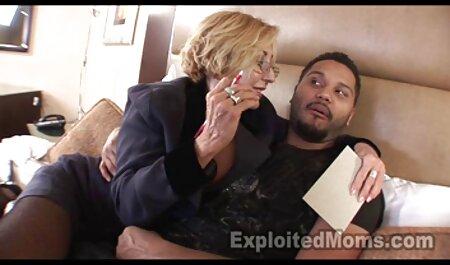 خدمتکار بالغ فیلم سکسی پسر با زن نوبت بوسه یک استاد جوان و دوست دخترش را در یک هیکی می گیرد