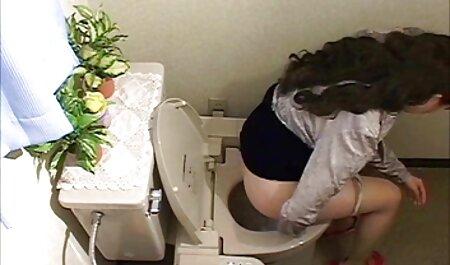 زن سیاه پوست لاستیکی با نوارهای سوراخ کننده نوک سینه در مقابل مردی روی فیلم سکسی مامان با پسر نیمکت