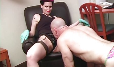 سبزه لباس فیلم سکسی پسر با مرد خود را با لباس زیر بلند می کند و کلاه را با ویبراتور خودارضایی می کند