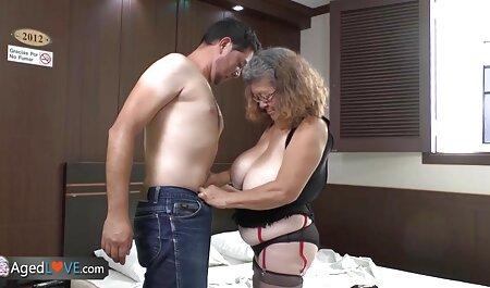 مادر موهای سرخ با عاشق در کنار او فیلم سکسی پسران زیبا ، سرطان و سوار شدن در مقعد است