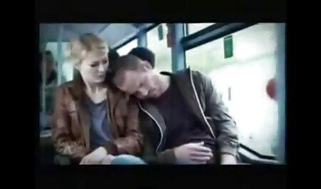 مردی که یک کودک را در سینه بند صورتی و دوستش در حال نوشیدن نوزاد فیلم سکسی مادر با پسر است