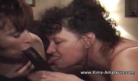 بلوند در سینه بند صورتی رنگ می خورد فیلم سکس دوست پسر و مقعد را به معشوق خود روی مبل می دهد