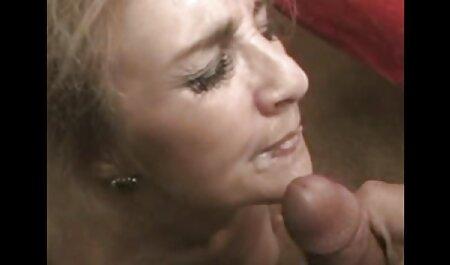 ادمین فیلم سکسی مادر و پسر واقعی در معشوق دستی در هتل استمناء می کند