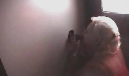 پدربزرگ گربه فیلم های سکسی پسر با پسر ی زن بالغ و پرستار جوان را در زیرزمین لیس می زند