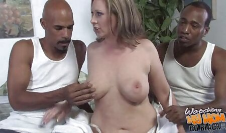 دست زن با انگشت حلق زدن مهبل (واژن) قرمز شده توسط عکس سکس مادر و پسر هیجان