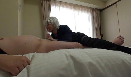 آبنوس در کفش های صورتی با کمک اسباب بازی های جنسی خود را در کلیپ سکسی پسر با پسر بازیگران می کند