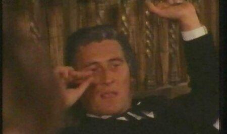 آن مرد دانلود فیلم سکسی مامان پسر الاغ یک معشوقه نازک را روی یک چمدان ضخیم می کشد