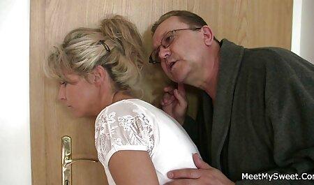 آن مرد دختر جوان را در فیلم سکس دختر و پسر خارجی شورت های صورتی روی مبل چرمی لعنتی