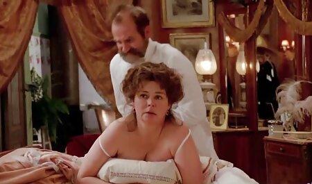 دختر جوان با یک کیر عظیم سکسیمادر استمناء می کند