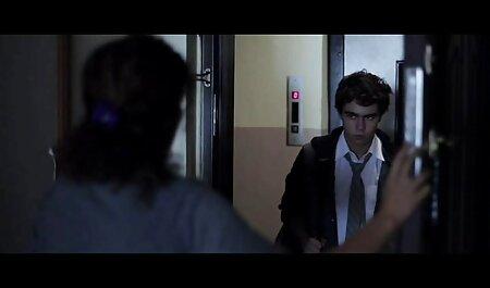 زیبایی خودش را با یک دیلدو شیشه ای به ارگاسم می آورد فیلم سکسی پسر جوان