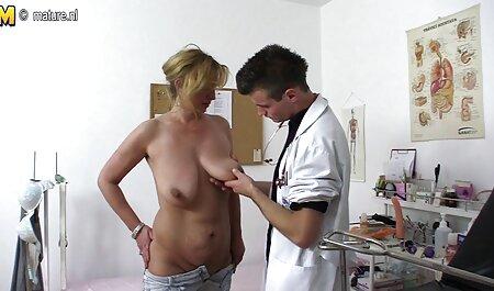 جسیکا کیزاکی در لباس راحتی در فیلم سکسی گی پسران اتاق رختکن استخر لعنتی
