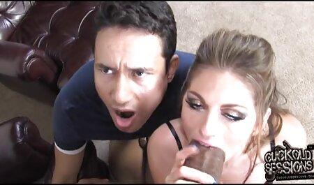 بلوند بدن فیلم سکسی مادر وپسر آبدار خود را به اپراتور نشان می دهد