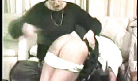 آبسه ماهیچه ای زیبایی سفید را ماساژ داده و پیچ پیچیده ای را در دهان خود قرار فیلم های سکسی مادر وپسر می دهد