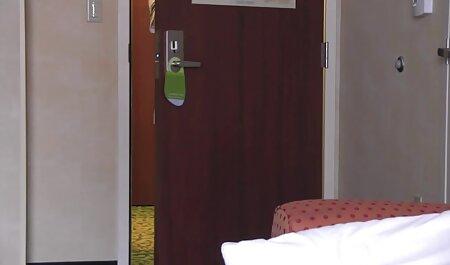دختران آلمانی و آفریقایی با یک توریست در یک اتاق هتل در نزدیکی فیلمهای سکسی مادر پسر دیوار نارنجی لعنتی می کنند