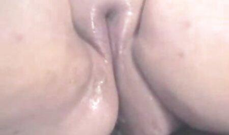 مردی با شکم آبجو یک زن بالغ را سکس پسر باحیوان جلوی یک وب کم لعنتی داد و در دهانش کوبید