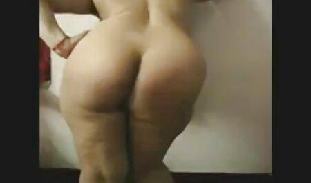 بلوند دانلود فیلم سکسی دختر پسر لاغر بیدمشک را از طریق شورت سفید روی یک صفحه سیاه استمناء می کند